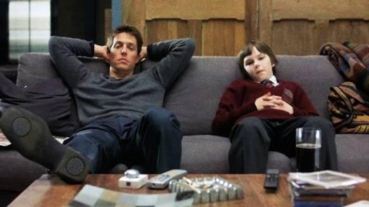 About_a_Boy_-_Un_ragazzo_Hugh_Grant_Nicholas_Hoult_foto_dal_film_1_mid